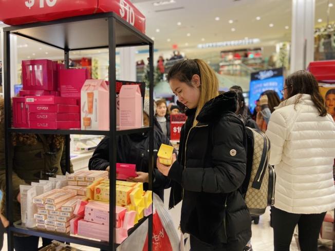 留學生為年底購物潮消費主力軍。(記者鄭怡嫣/攝影)