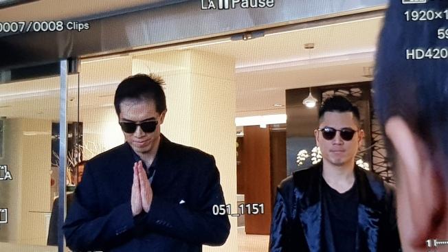 高以翔大哥(左)步出會館。(記者杜沛學/攝影)