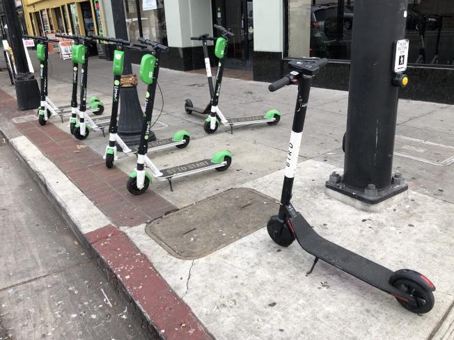 共享電動滑板車前導計畫希望能規畫指定停車位等,防止電動滑板車到處亂停,造成人行道被阻擋、市容雜亂。(記者林亞歆/攝影)