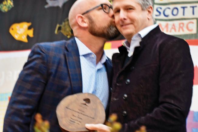 市議員孟達文(左)向威爾茨(右)頒獎時送上深情一吻。(記者黃少華/攝影)