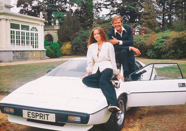 演員芭芭拉貝芝和羅傑摩爾在007電影「海底城」中,坐在1976年蓮花Esprit上,這就是Cybertruck的靈感來源。(Getty Images)