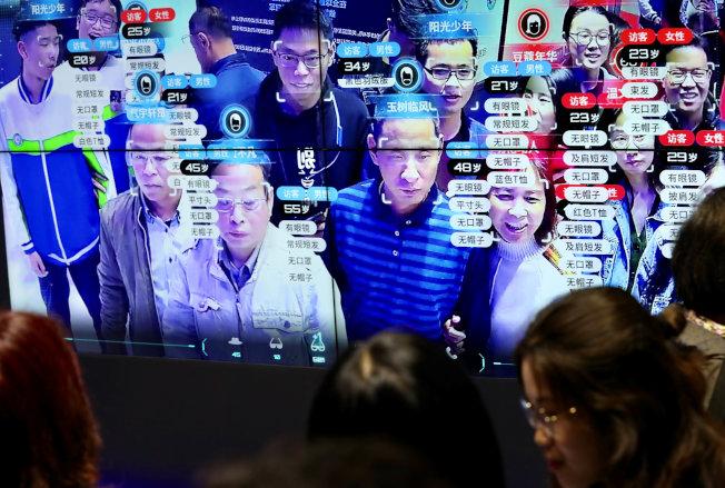 人臉識別技術正在越來越多國家的金融、電子商務、安全防務、娛樂等領域推廣應用。圖為今年5月在福建舉行的數位中國展示會上的人臉識別技術。(路透)