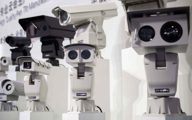 中國當局設立的監控攝像頭也使用人臉識別科技,追蹤新疆維族人行跡,招致外界批評。(Getty Images)