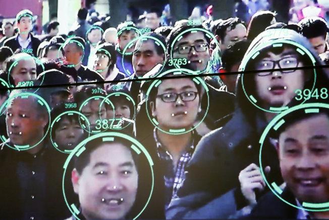 中國的臉孔識別技術十分先進,人臉識別更在中國已無所不在。圖為在2018年10月北京公共安全展示會上的臉孔識別技術說明。(路透)