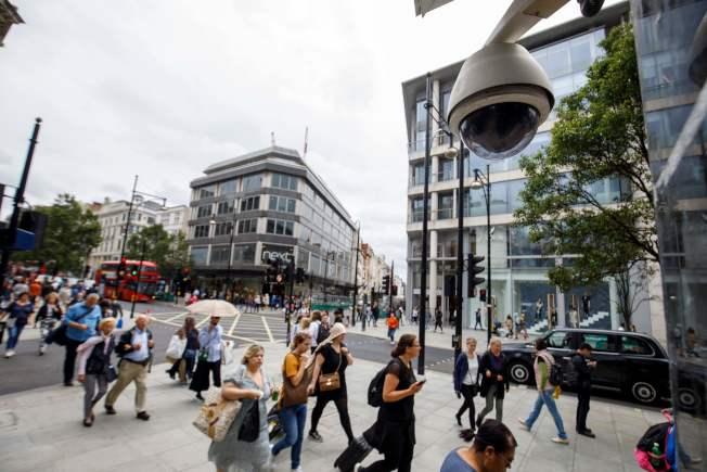 路邊監視器無所不在,圖為倫敦街頭安裝了兩個監控攝像頭,用於人臉識別分析。 (Getty Images)