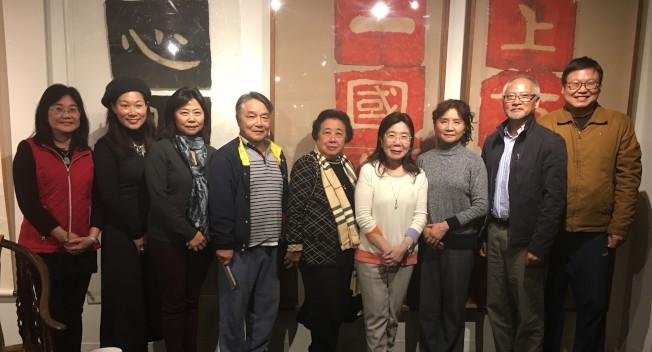 陳筱君(右四)表示,張大千從傳統走向現代化,也讓西方主流藝術家首度看到中國的藝術。(記者林亞歆╱攝影)