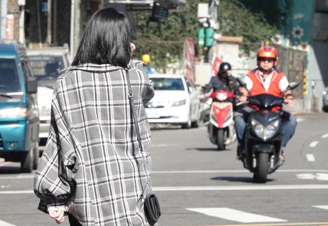 研究發現,當行人行走在沒有人行道的路上,逆向車流靠左走,行人發生事故的死亡率減低。(記者葉信菉/攝影)