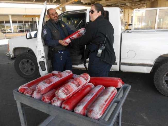 海關與邊境保護局(CBP)上周沒收了不尋常而且數量可觀的貨物:154磅違禁的豬肉腸。(海關與邊境保護局照片)
