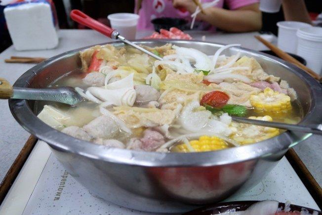 新光醫院營養師李雨珊提醒,吃火鍋可先煮青菜、喝湯,一旦燙過肉品、煮過火鍋料,就不要再喝湯。圖/報系資料照片