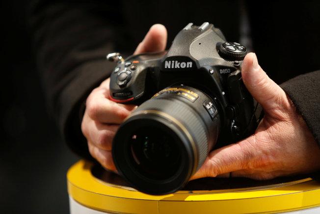 Nikon今年度在全球的數位相機銷量預估將輸給Sony。圖為Nikon 2018年在拉斯維加斯消費電子展上展出的D850單眼數位相機。   路透