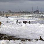印度海灘白色毒泡沫 釀新一波污染危機