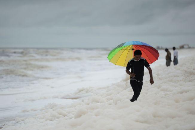 印度坦米爾那都省首府清奈著名的馬利納海灘(Marina Beach)今天連續第4天被白色泡沫覆蓋,造成印度新一波污染危機。Getty Images