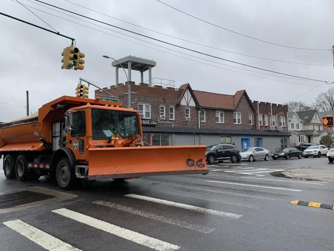 白思豪表示,全市將出現二到四呎的降雪,部分地區可能達到五到八吋;目前市清潔局已經準備了超過700部撒鹽機和1500台鏟雪機。(記者賴蕙榆/攝影)