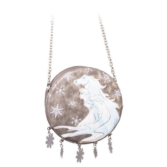 Danielle Nicole「冰雪奇緣2」系列改走低調路線,推出印有白馬與艾莎的並加上雪花裝飾的圓形肩背包。圖/摘自zingpopculture.com