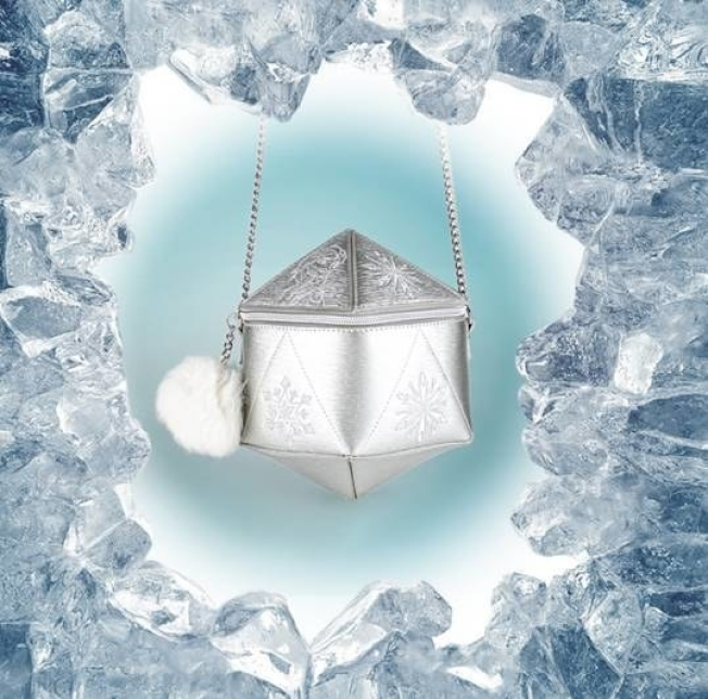 Danielle Nicole以艾莎「冰雪女王」的設定設計出象徵六角形冰晶的肩背包。圖/摘自官網