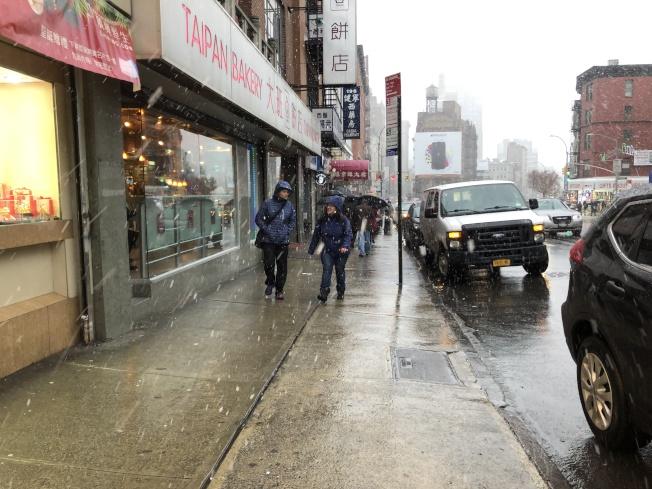 平日熱鬧的堅尼路因天氣關係,只有三三兩兩的行人。(記者顏嘉瑩/攝影)