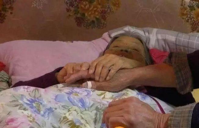 76歲的老人郭巧娣已在彌留之際,最大的心願就是見見小兒子王永強。(取材自北京青年報)