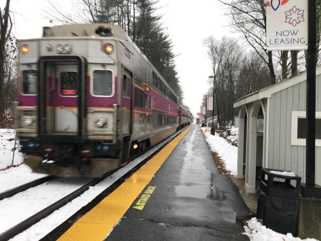 MBTA一輛通勤火車車廂2日早晨7時左右脫節,造成南站全面延誤。(取材自Keolis公司推特)