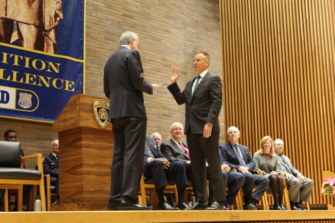 希爾(右)在白思豪的帶領下宣誓就職。(記者張晨/攝影)