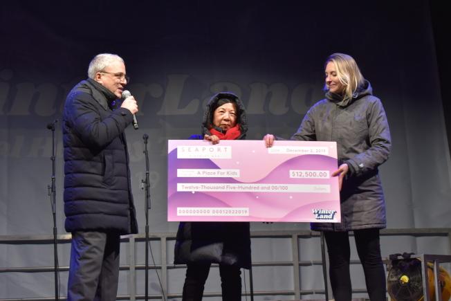 「亞洲兒童中心」2日獲霍華休斯公司捐款1萬2500元,陳惠玲(中)代表接受支票。(記者顏嘉瑩/攝影)