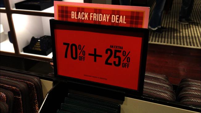 有名牌包連鎖店推出黑五折扣再折扣,吸引消費者。(記者啟鉻/攝影)
