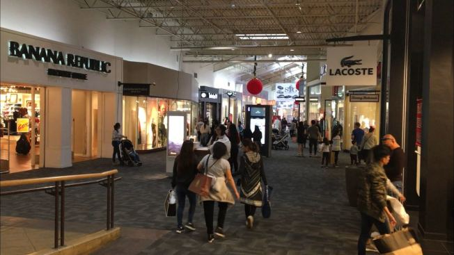 安大略購物中心2日是「黑五」促銷活動最後一天,人潮不如黑五起跑的前幾天。(記者啟鉻/攝影)
