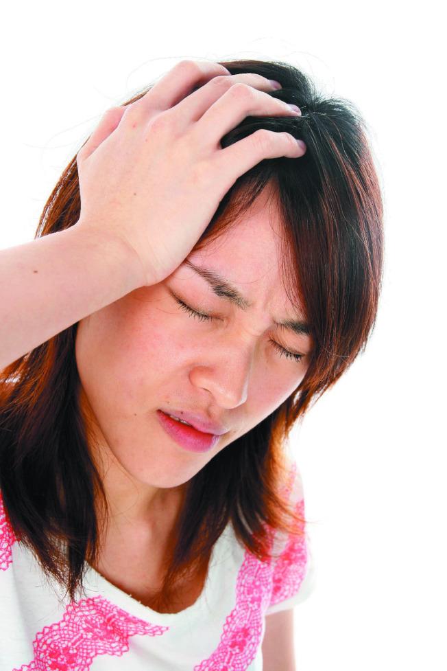 女性偏頭痛盛行率多於男性,且好發於生理期間。(本報資料照片)