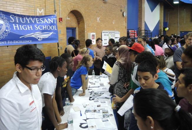 市教育局此前在各區舉辦高中博覽會,讓學生和家長了解公校申請資訊。(本報檔案照)