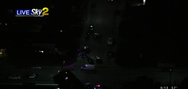 艾爾蒙地市2日下午發生警員擊斃持刀男案件,目前死者身份和案件細節仍未公佈。(取自CBS2新聞台)