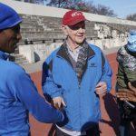 8旬俱樂部主席 花百萬贊助非洲南美跑者 藉馬拉松實現美國夢