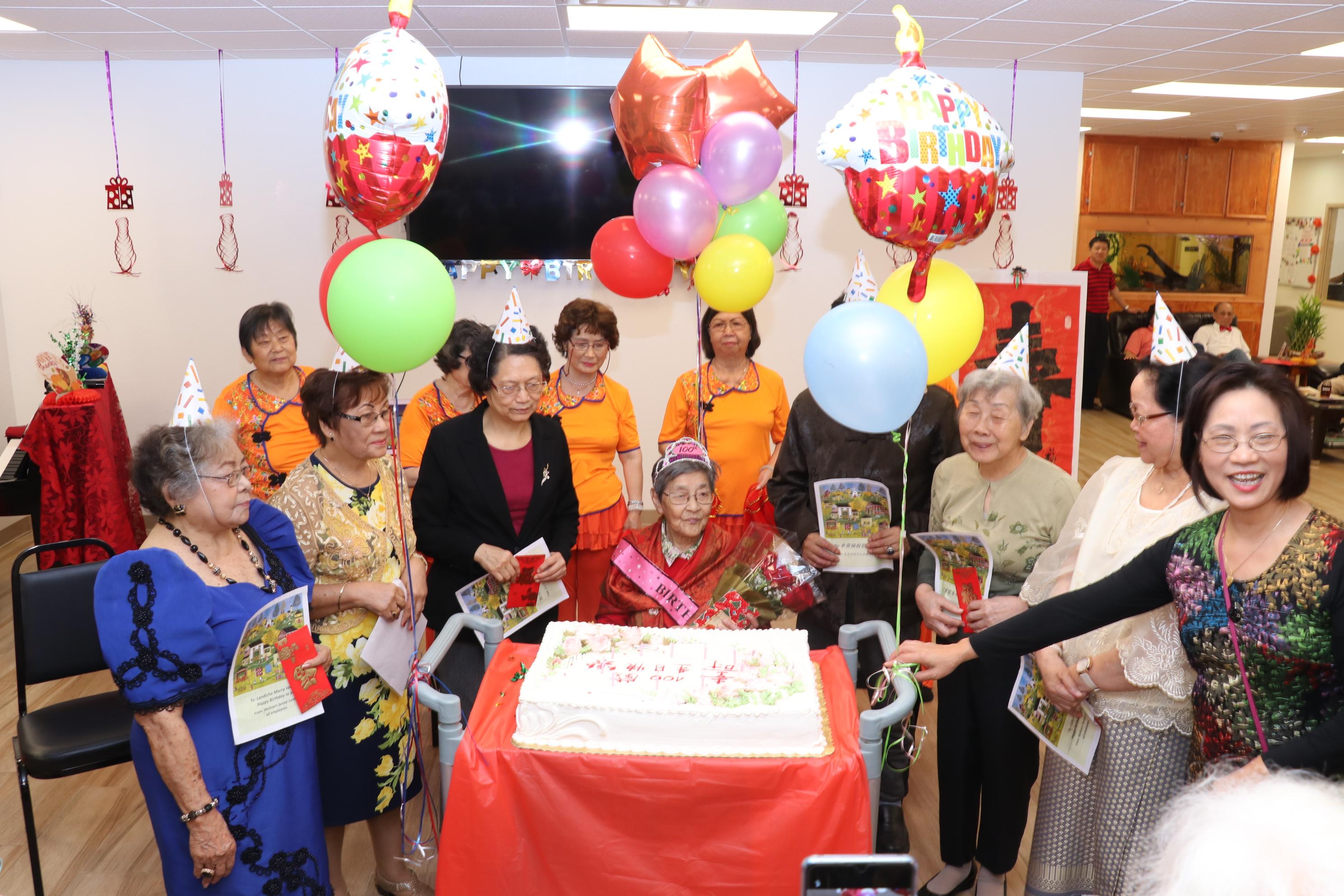 長樂活動中心贈送生日蛋糕,大家一起分享張傳璧百歲生日喜悅。