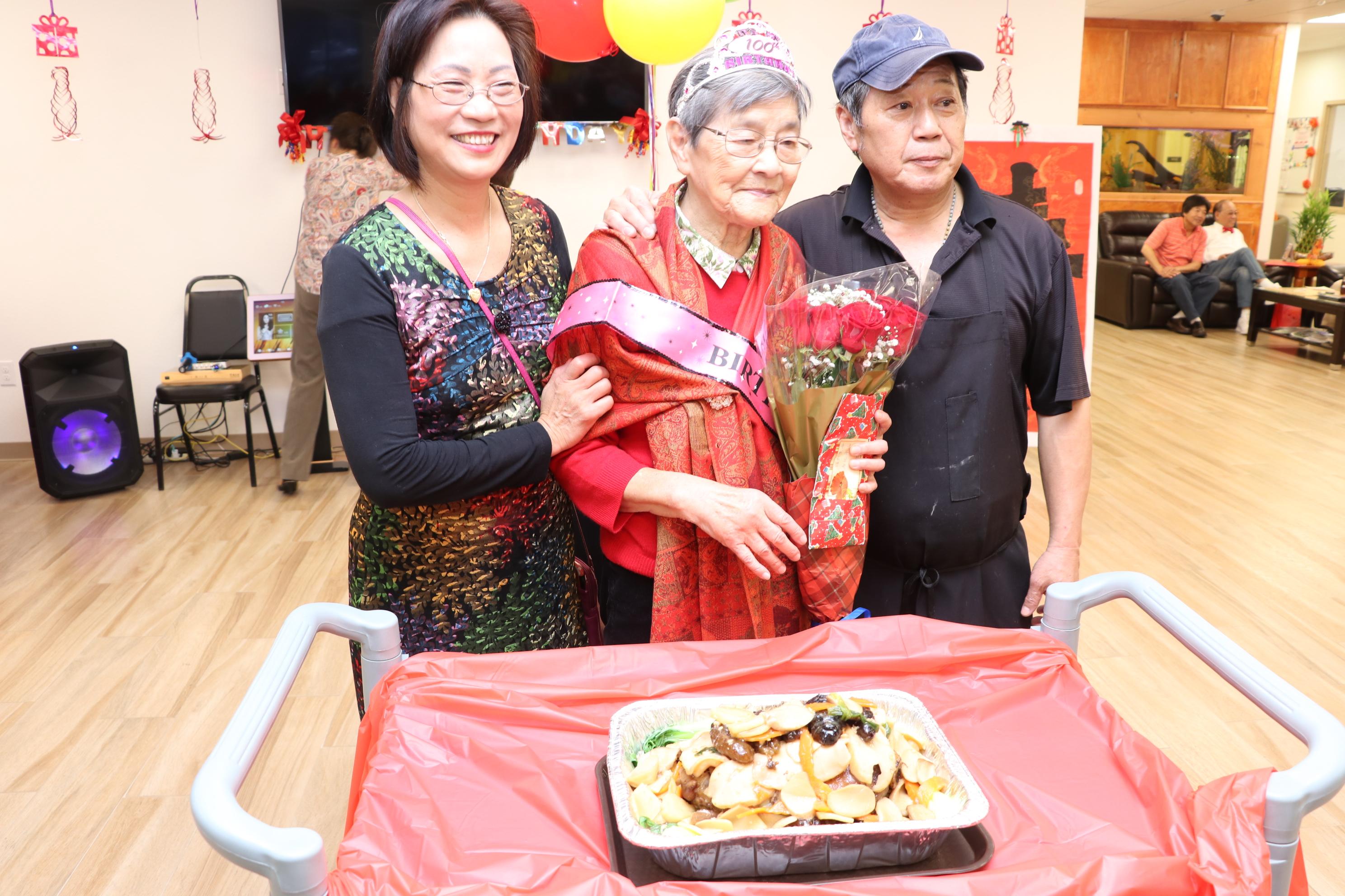 長樂活動中心主廚葉師父(右)獻上長壽麵,祝福張姥姥福壽綿長。