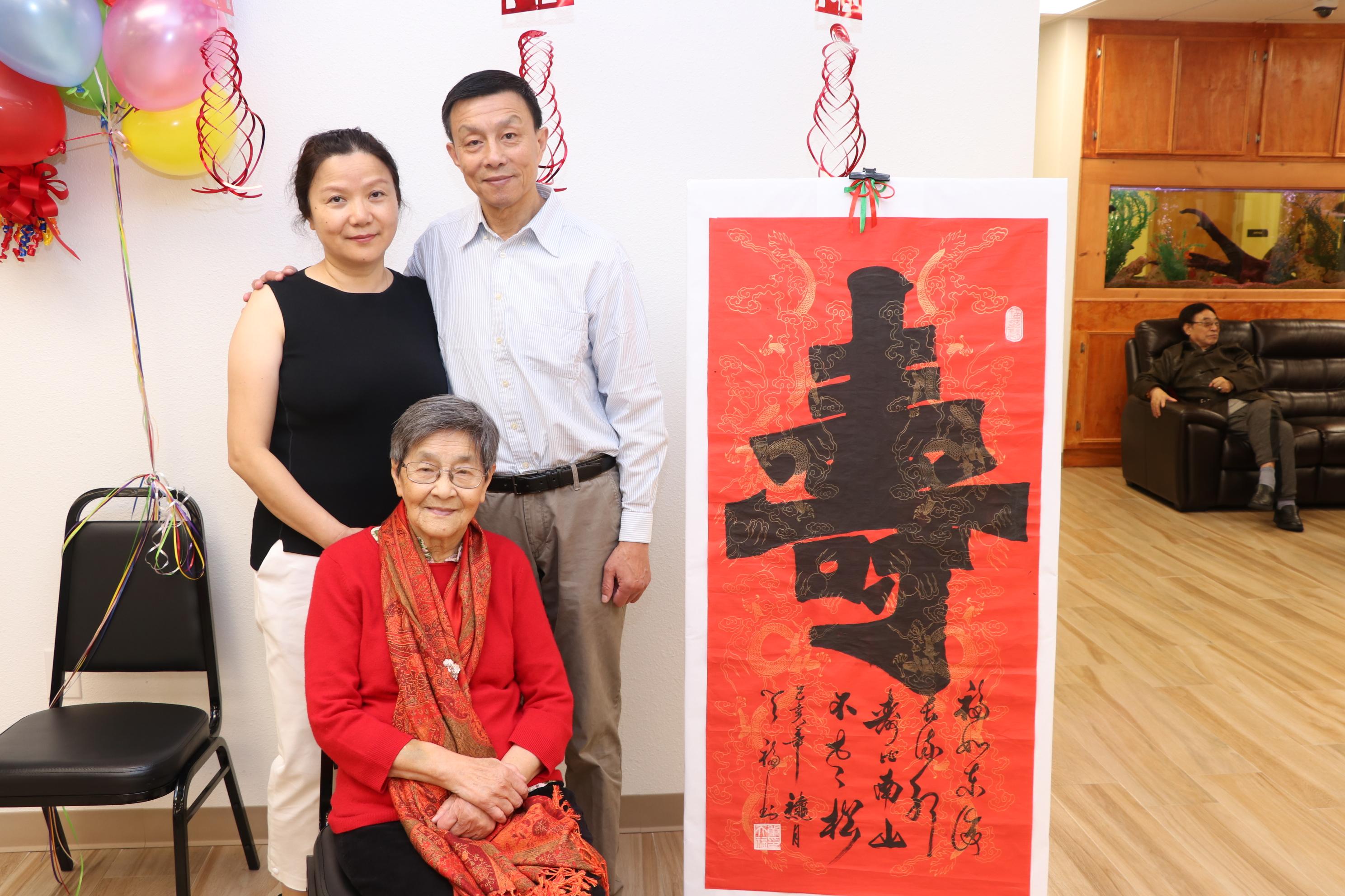 周濟南(右一)夫婦陪同母親出席百歲生日壽宴。