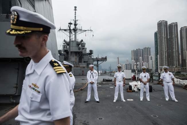 北京對美國制定「香港人權民主法」表示憤怒,2日宣布不准美艦靠訪香港。圖為美國海軍第7艦隊旗艦兼兩棲指揮艦「藍嶺號」最近一次靠訪香港,是在今年4 月20日。(Getty Images)