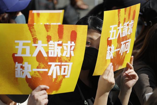 香港反送中支持者2日繼續在街頭示威,表示「五大訴求,缺一不可」。(美聯社)