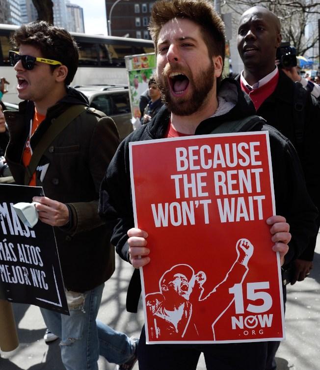 研究指出,全美勞工有44%從事低薪工作,中位數年薪為1萬8000元。圖為員工爭取時薪調漲至15元。(Getty Images)
