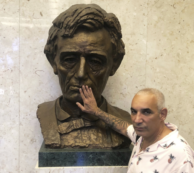 英裔希臘籍億萬富豪大衛被控毆打、性暴力攻擊和性騷擾一名前員工,2日被洛杉磯陪審團裁定賠償5000萬元。圖為大衛先前在洛杉磯法院現身。(美聯社)