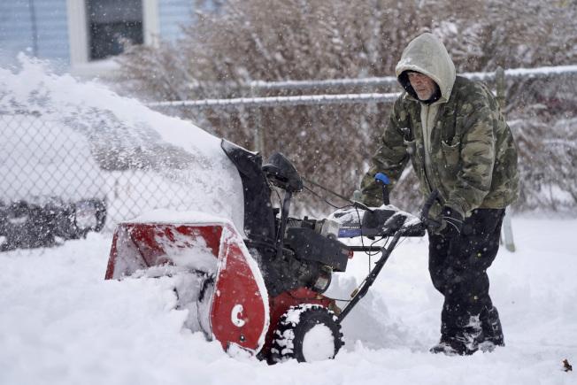 新州風雪,政府、部分學校2日關閉或早退。(美聯社)