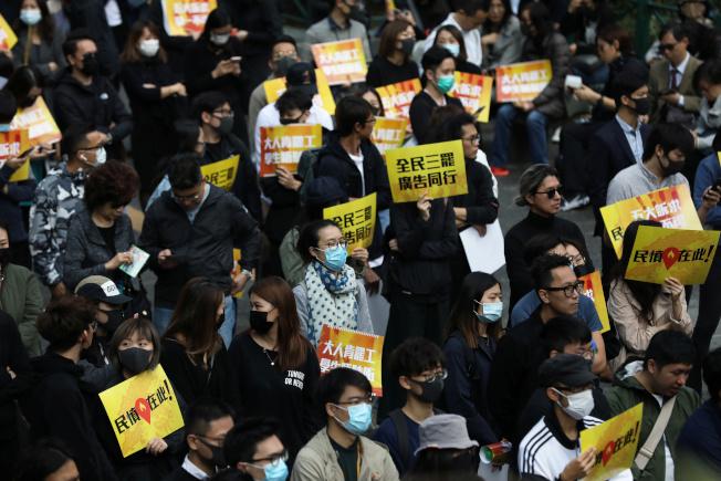 廣告界人士2日在中環遮打花園集會,表達他們對反送中運動的支持。(路透)