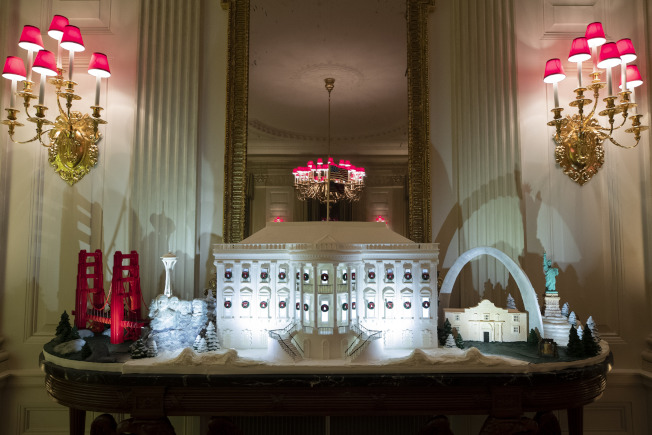 用薑餅製成的白宮,配上來自全美各的紀念性建築模型在白宮展示。(美聯社)