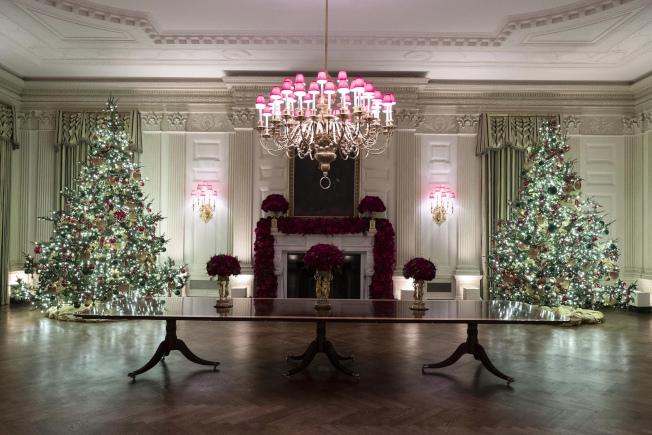 白宮國宴廳內的耶誕樹,今年第一夫人梅蘭妮亞挑選的是銀白色系列,有異於去年的豔紅色系列。(美聯社)