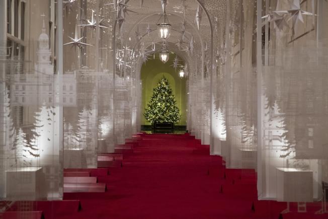 今年耶誕節的白宮東廂柱廊布置為銀白色系列,有別於去年的鮮紅。(美聯社)