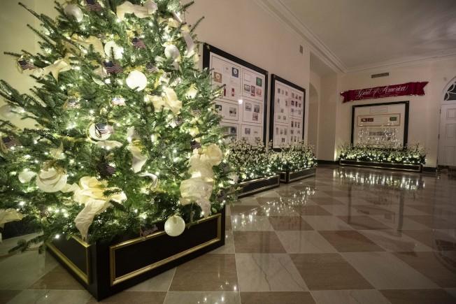 第一夫人梅蘭妮亞親手布置、缀滿美國國旗裝飾品的耶誕樹。(美聯社)