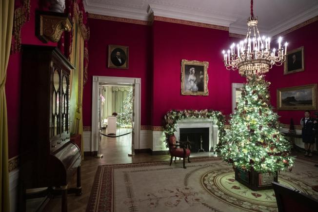 位於白宮紅廳的聖誕樹。(美聯社)