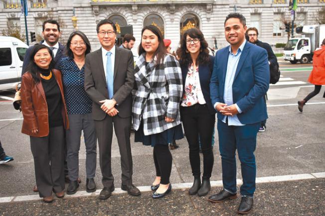 七名亞裔參選人前往選務處遞表參選。左起:苗麗娟、湯艾斯、謝令宜、馬兆明、陳慧君、明美、莫力加。(記者黃少華/攝影)