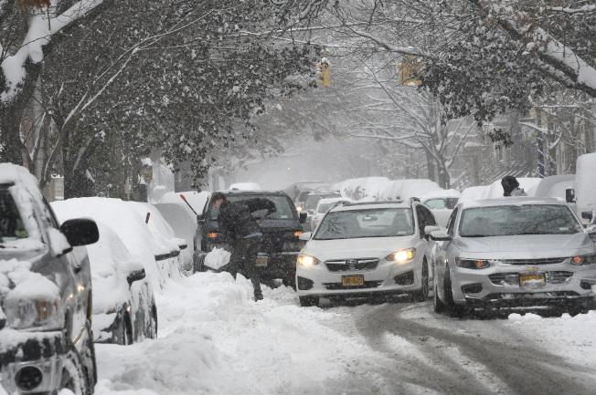 冬季風暴2日繼續給東北部地區帶來暴雪和強風。圖為大雪在紐約州府奧伯尼的街道造成混亂。(美聯社)
