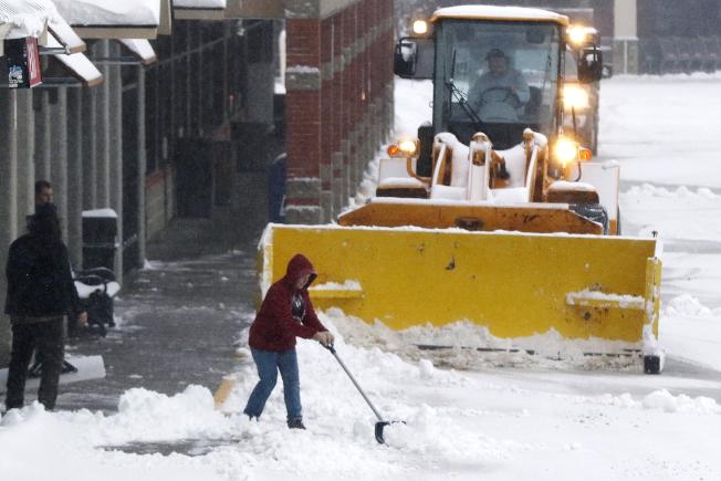 冬季風暴2日繼續給東北部地區帶來暴雪和強風。圖為麻州馬伯洛鎮出動鏟雪車清除路邊積雪。(美聯社)