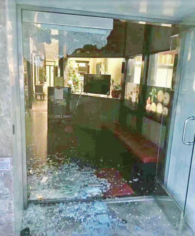 金唦魚巴海鮮酒家正門左側的玻璃門被整體打碎。(社交媒體圖片)
