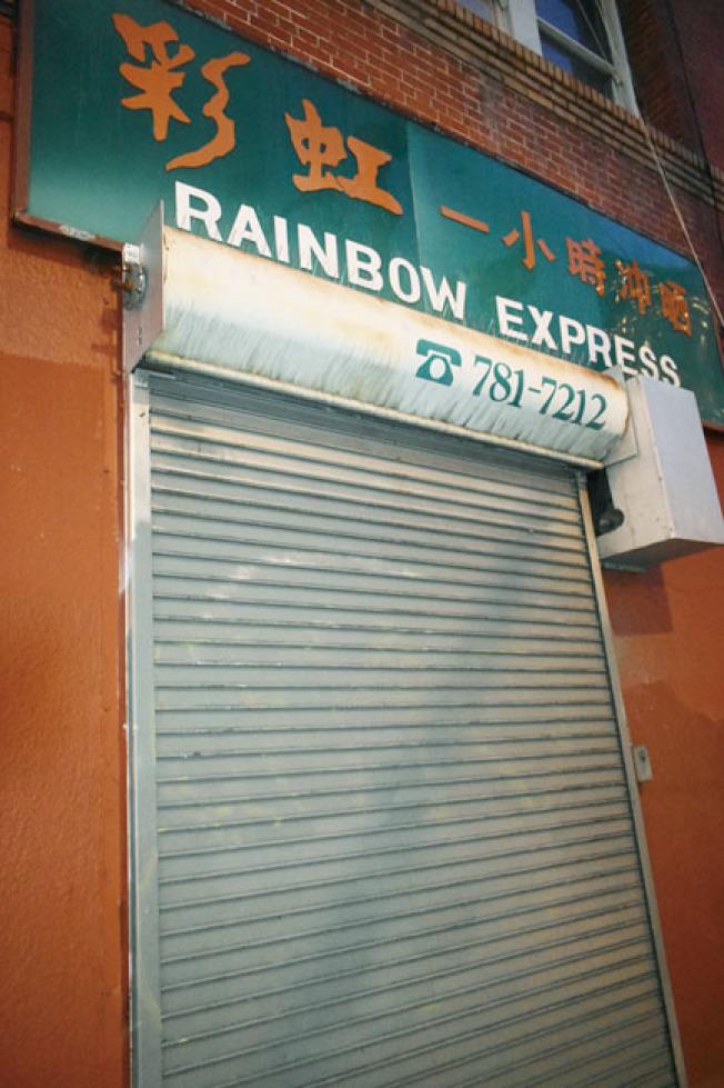 嫌犯打開彩虹照相館靠近沙加緬度街一側的鐵閘並敲碎櫥窗玻璃入內。(記者黃少華/攝影)
