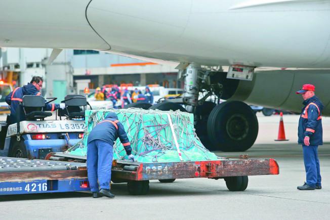 高以翔遺體2日下午抵達桃園機場,地勤人員操作裝卸機具將棺木卸載。(記者陳嘉寧/攝影 )